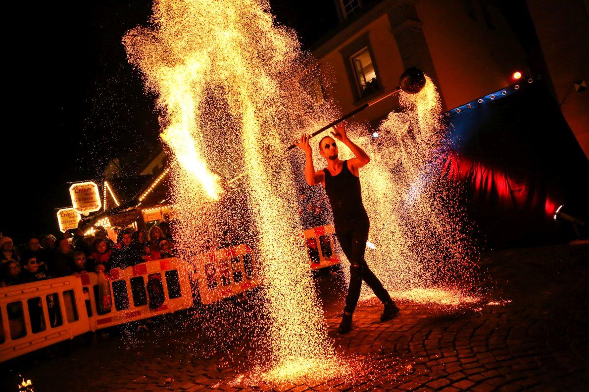 Feuerkünstler an Halloween in Innenstadt St. Ingbert