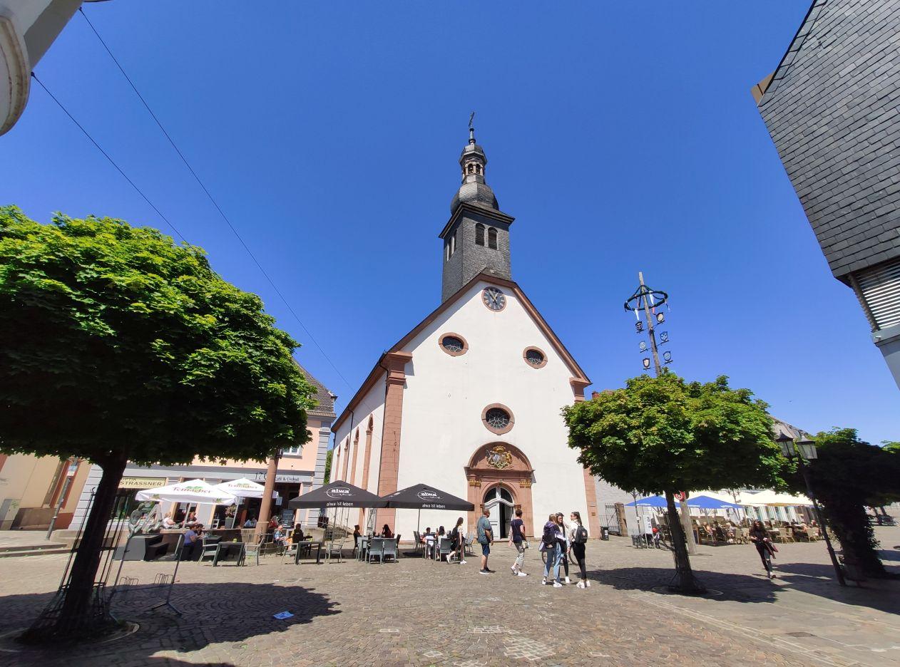 Bild der Engelbertskirche in der St. Ingberter Fußgängerzone